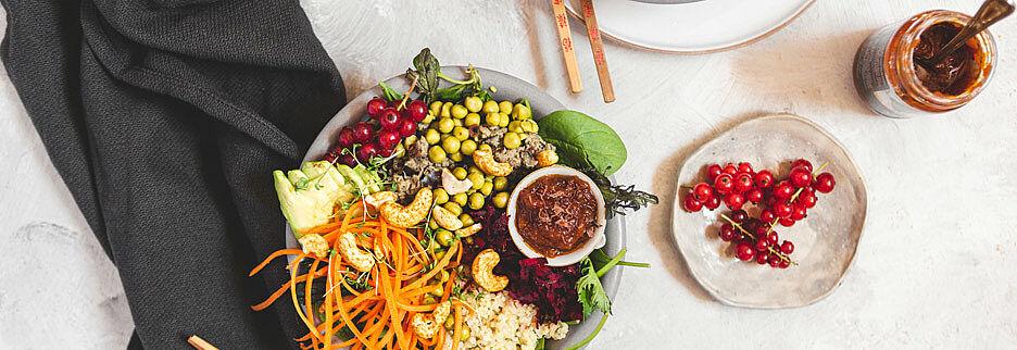 Auberginen-Buddha-Bowl mit Chili Sauce, Foto: