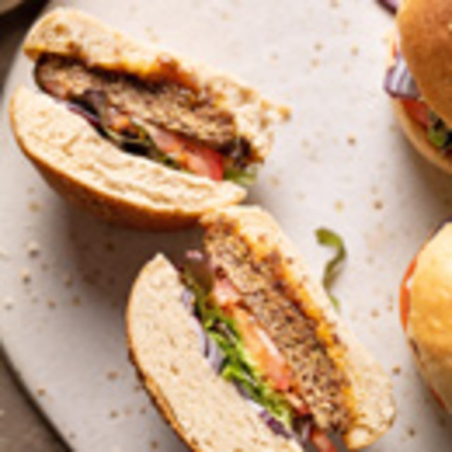 Quinua-Burger mit selbstgemachten Brötchen, Foto: