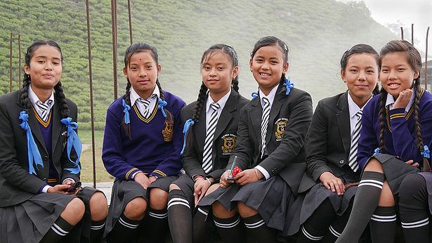 Die Highschool im Teegarten Samabeong bietet Chancen, auch für Kinder aus der Umgebung. Dass Mädchen zur Highschool gehen, ist in Indien nicht selbstverständlich. Noch ungewöhnlicher ist es für Töchter von Teearbeiterfamilien. Foto: GEPA - The Fair Trade Company/A. Welsing