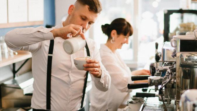 Gastronomie Mitarbeiter mit Kaffee