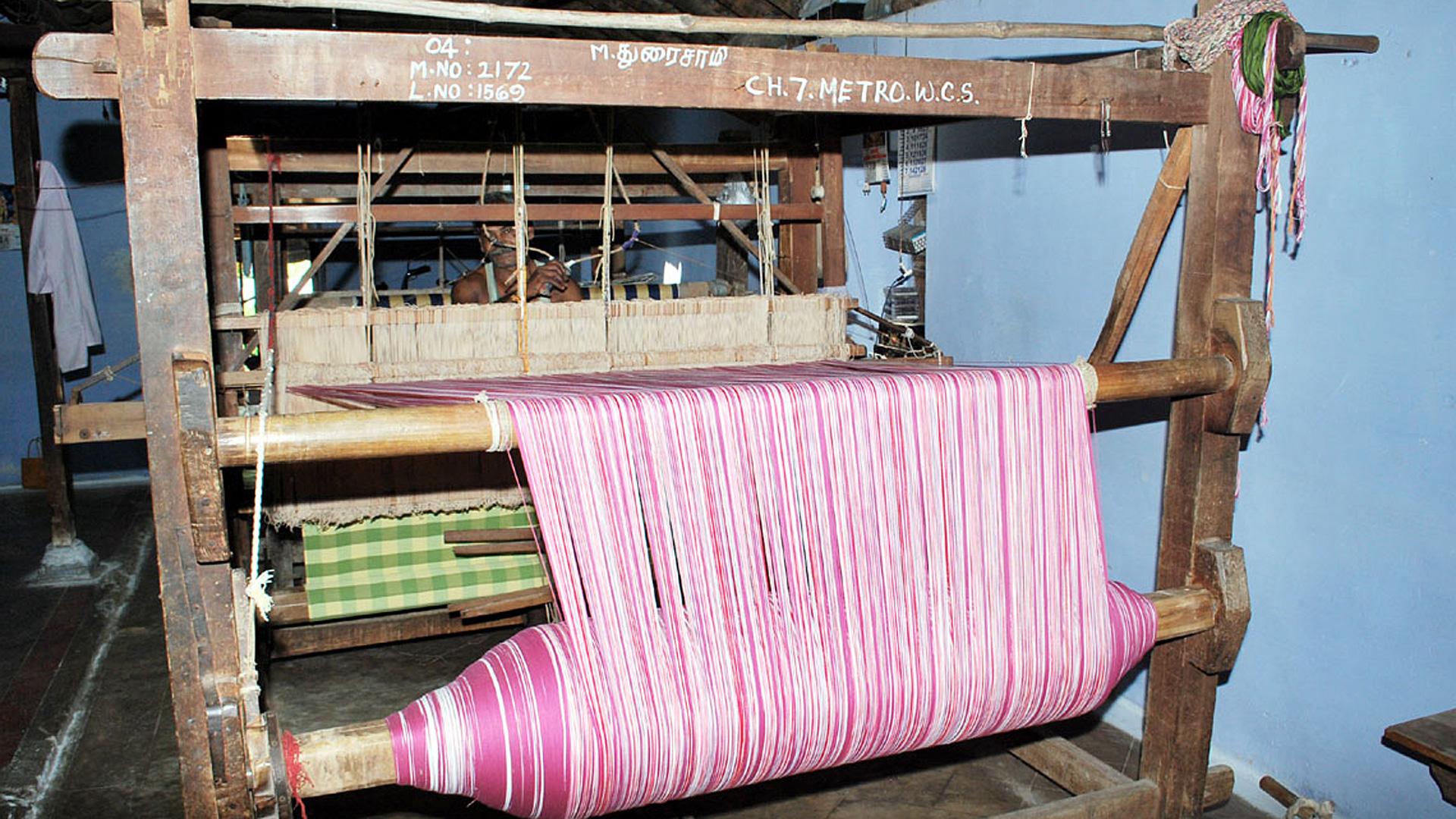Wir beraten unsere Partner u. a. bei Qualität, Trendfarben und Design. Außerdem finanzieren wir manche Hilfsmittel, wie z. B. einen international einheitlichen Pantone-Textilfarbfächer.