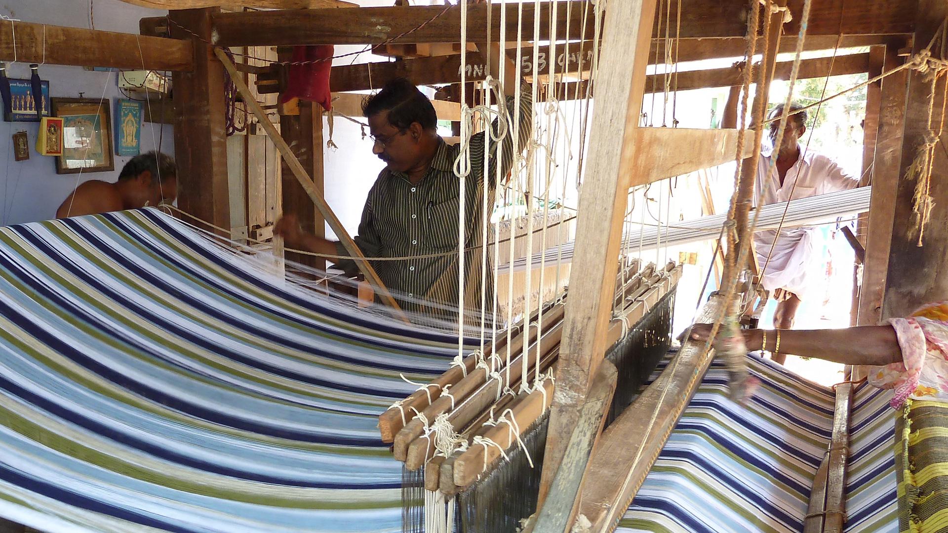 Traditionelles Handwerk: Unser Partner CO-OPTEX aus Indien hält an der traditionellen Handweberei fest: Alle Produkte im Bereich Wohntextilien sind Flachgewebe in Leinwand-bindung (z. B. Geschirrtücher) Leinwandbindung gilt als die älteste und auch einfachste Bindungsart.