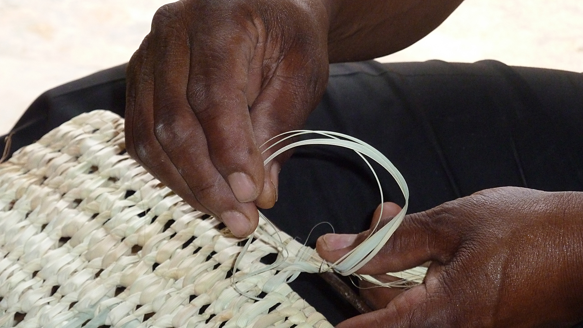 Bei Wüstensand haben Frauen durch Heimarbeit die Chance, flexibel ihr eigenes Einkommen zu erwirtschaften – das macht sie unabhängiger von ihren Ehemännern. Rund 60 Prozent der Produzenten sind Frauen.