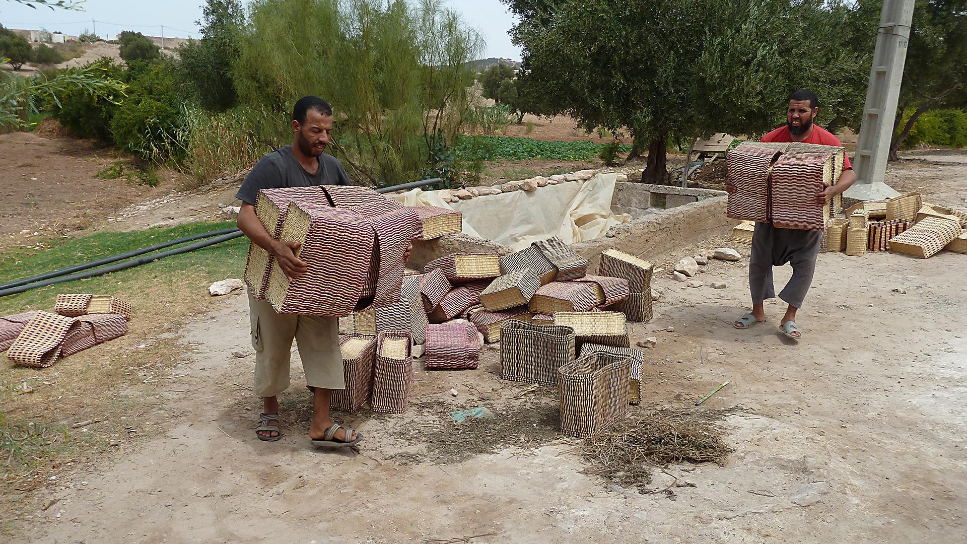 Chancen: Bei Wüstensand werden Berber ebenso wie Araber beschäftigt. Die Bevölkerungsgruppe der Berber wird in Marokko generell benachteiligt.