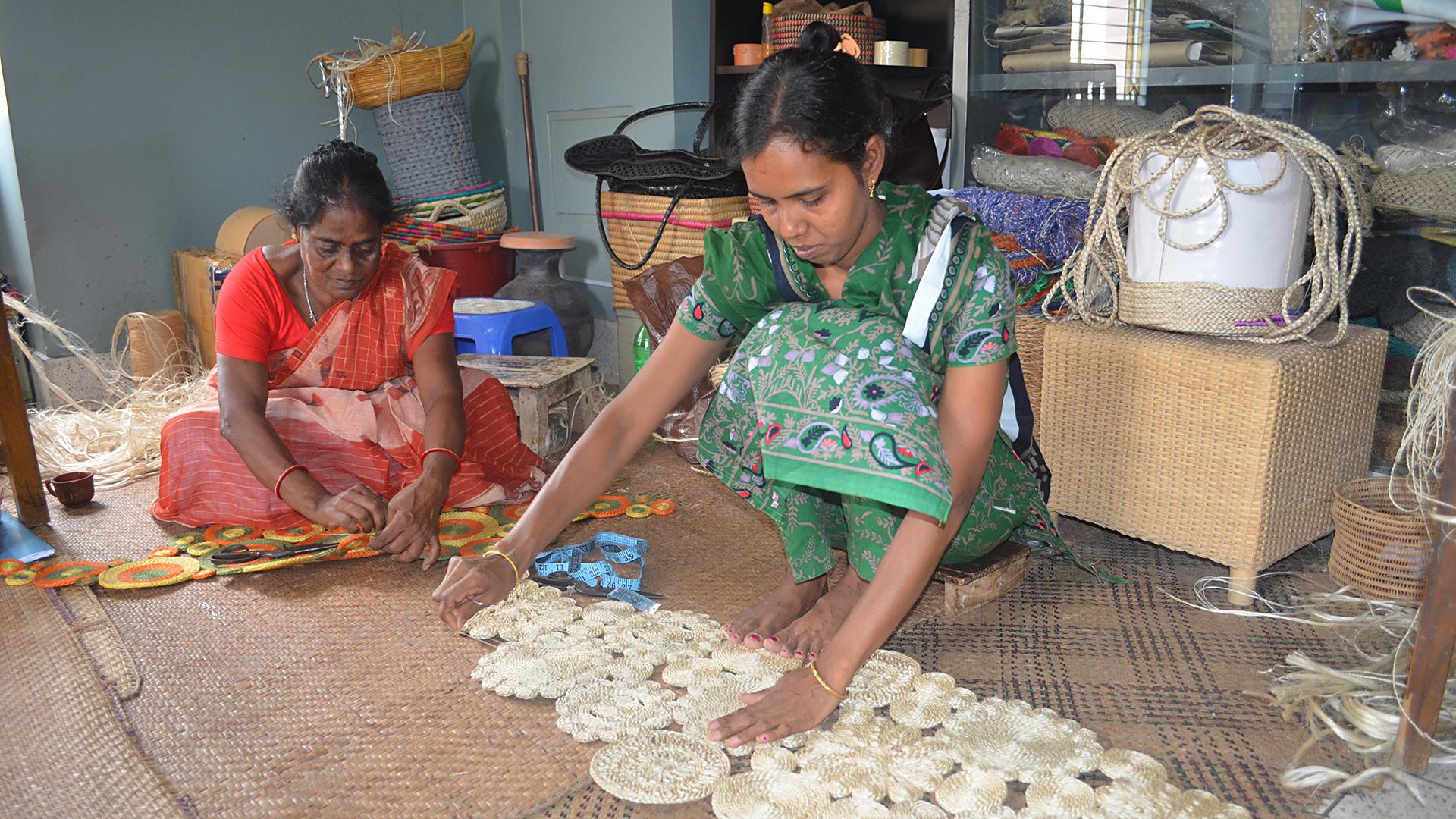 Langfristige Handelsbeziehungen sind für unsere Handwerkspartner besonders wichtig: Mit CORR -The Jute Works aus Bangladesch arbeiten wir schon seit 1978 zusammen. Angefangen hat es mit der kultigen Jutetasche – heute beziehen wir unsere handgefertigten Teppiche und Körbe aus Jute von diesem Partner.