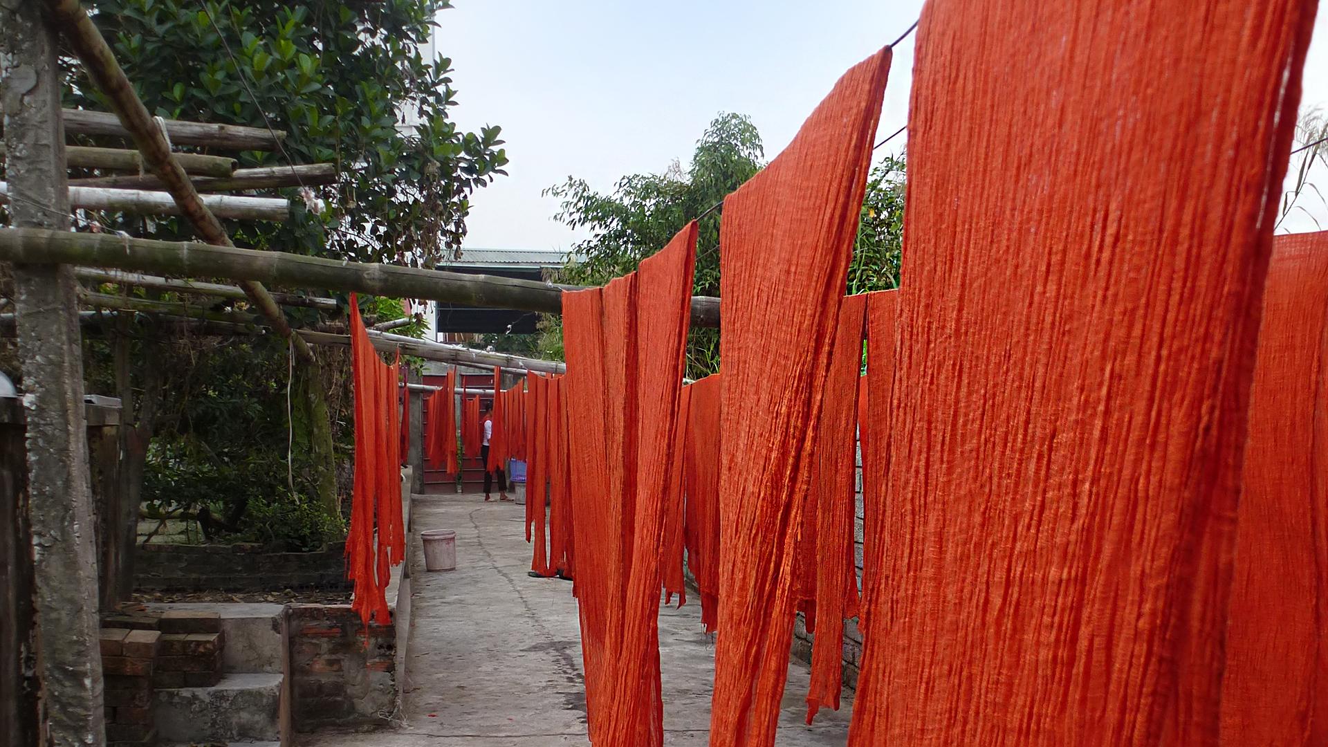 Die GEPA finanziert Labortests, zum Beispiel auf AZO-Farben und PCP. Die Ergebnisse können unsere Partner kostenfrei nutzen, um ihre Produkte generell zu vermarkten. Außerdem stellen wir Hilfsmittel wie den international einheitlichen Pantone-Textilfarbfächer zur Verfügung.