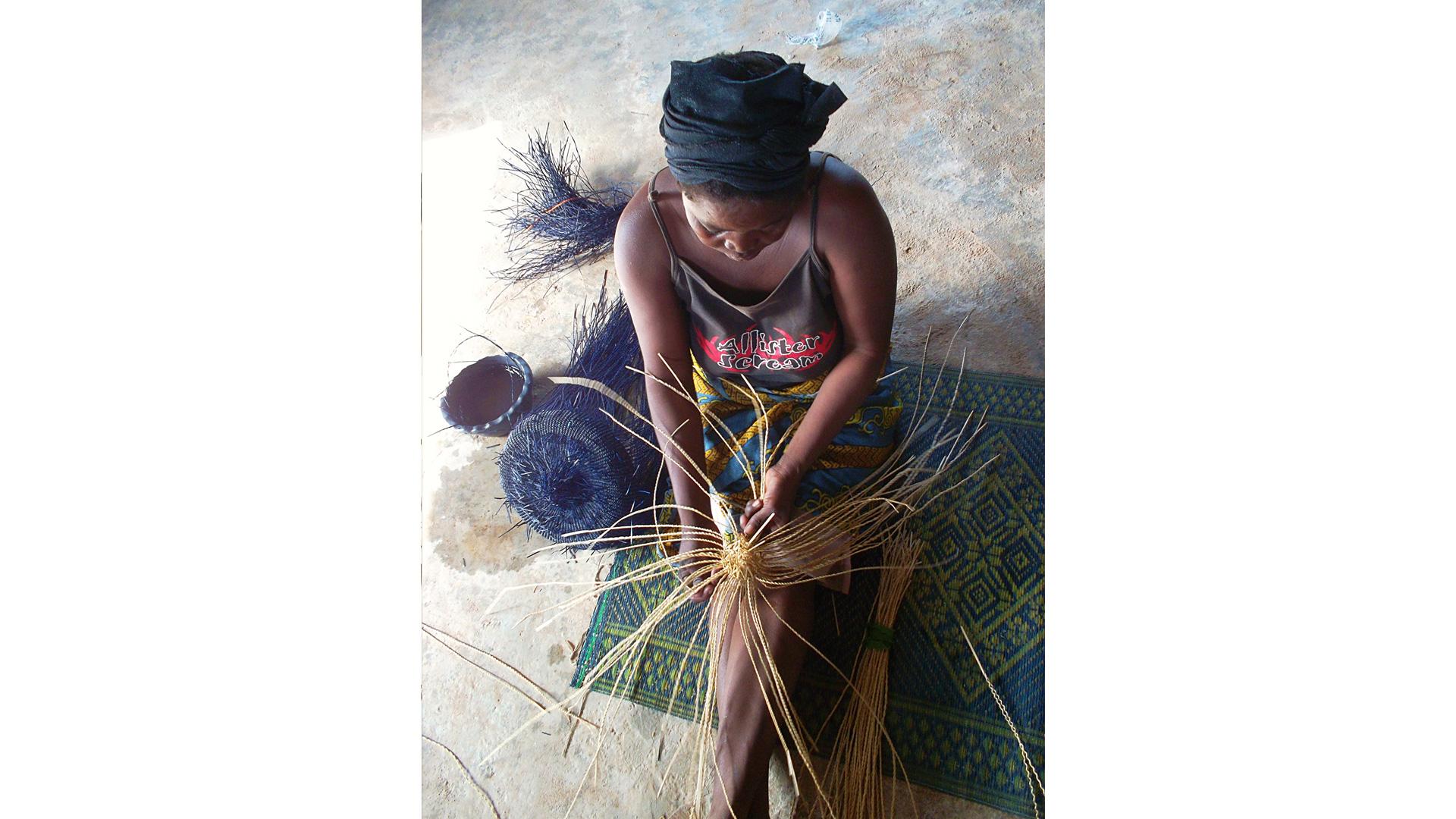 Die Korbflechterinnen von SPB Uni-Commerz tragen durch ihre Arbeit dazu bei, dass alte Handwerkstraditionen erhalten bleiben. Gefertigt werden die Bolga-Körbe in dieser Region aus dem Stroh des Savannengrases oder der in Ghana angebauten Hirse.