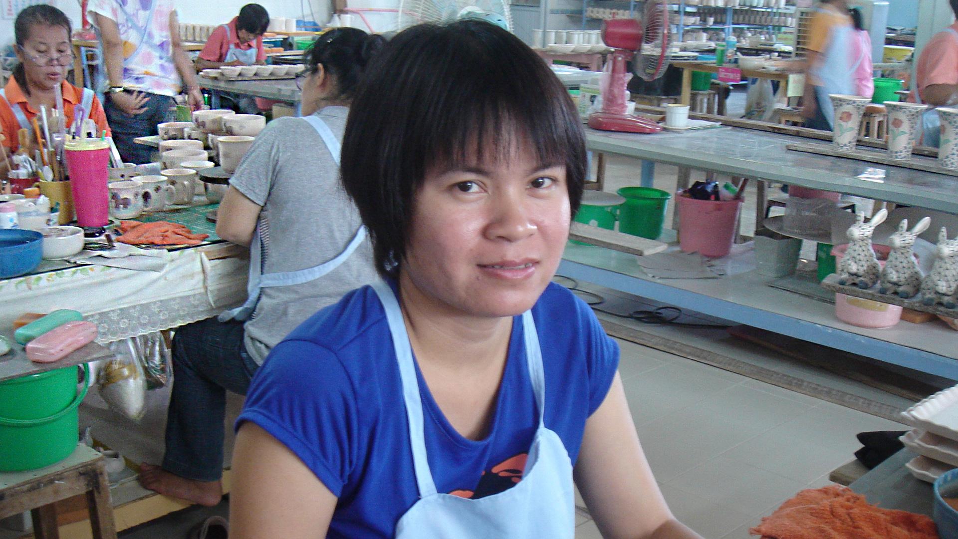 Insbesondere Frauen profitieren vom Fairen Handel mit Handwerk, zum Beispiel die Mitarbeiterinnen bei Sang Arun in Thailand. Sie erhalten die Chance auf ein eigenes Einkommen und können sich weiter qualifizieren.