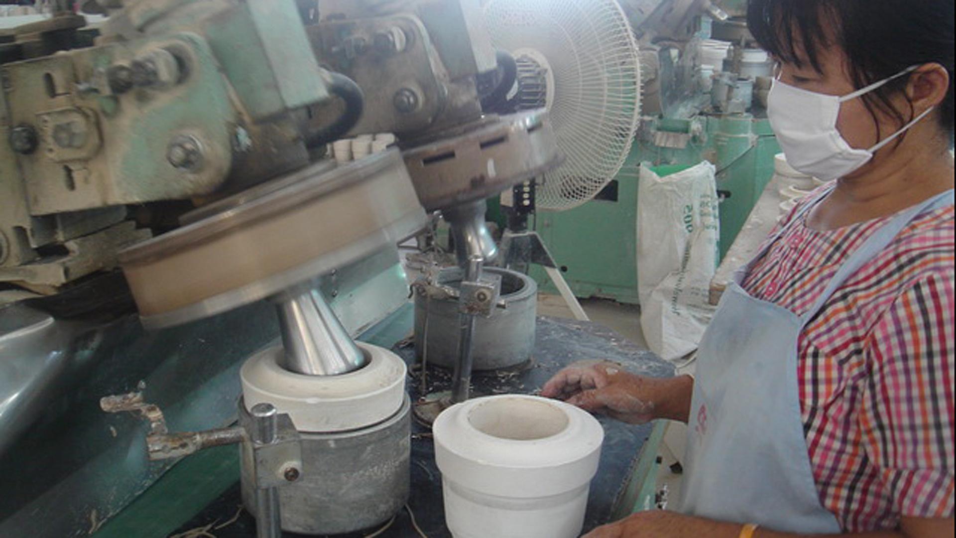 Hochwertige Handarbeit: Die Keramik für das GEPA-Kindergeschirr wird aus weißer Kaolin-Tonerde hergestellt, die in der Region unseres Partner Sang Arun in Thailand vorkommt. Zwei Mal werden die Teller, Tassen und Müslischalen gebrannt: Einmal vor und einmal nach dem Bemalen, für jeweils zwölf Stunden.