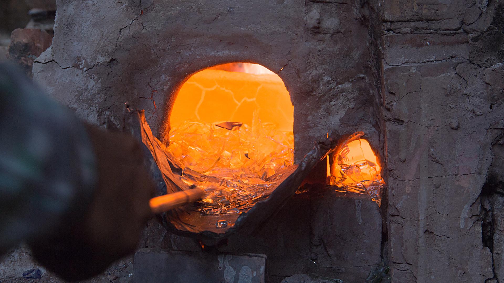 Upcycling: Für unsere Glasschalen verwendet unser Partner Yadawee Recycling-Glas: Altglas wird von Sammlern aufgekauft, nach Farben sortiert, gereinigt und zerkleinert. Das spart Rohstoffe und Energie.