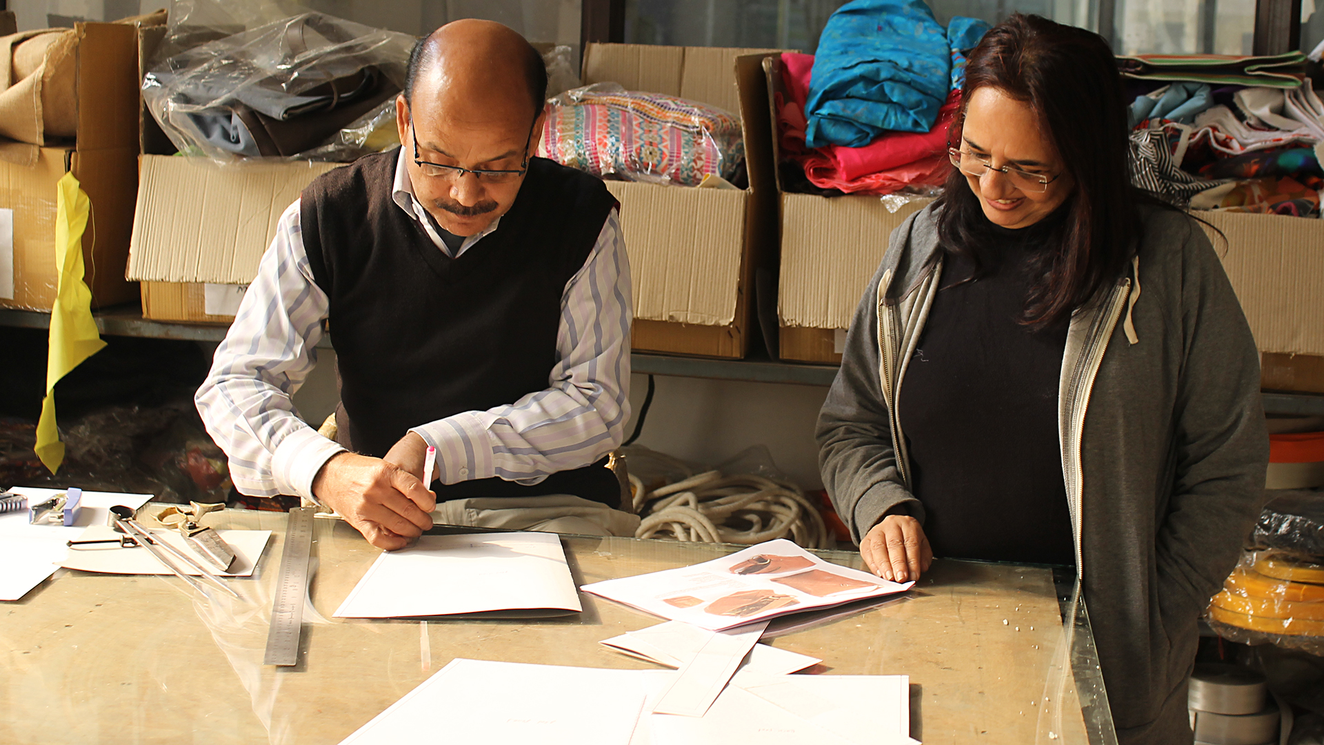 Wir beraten unsere Partner zu Qualität und Design. Entwicklungen in diesen Bereichen verbessern ihre Chancen auf dem Markt. Außerdem finanzieren wir manche Hilfsmittel, wie z. B. einen international einheitlichen Pantone-Textilfarbfächer.