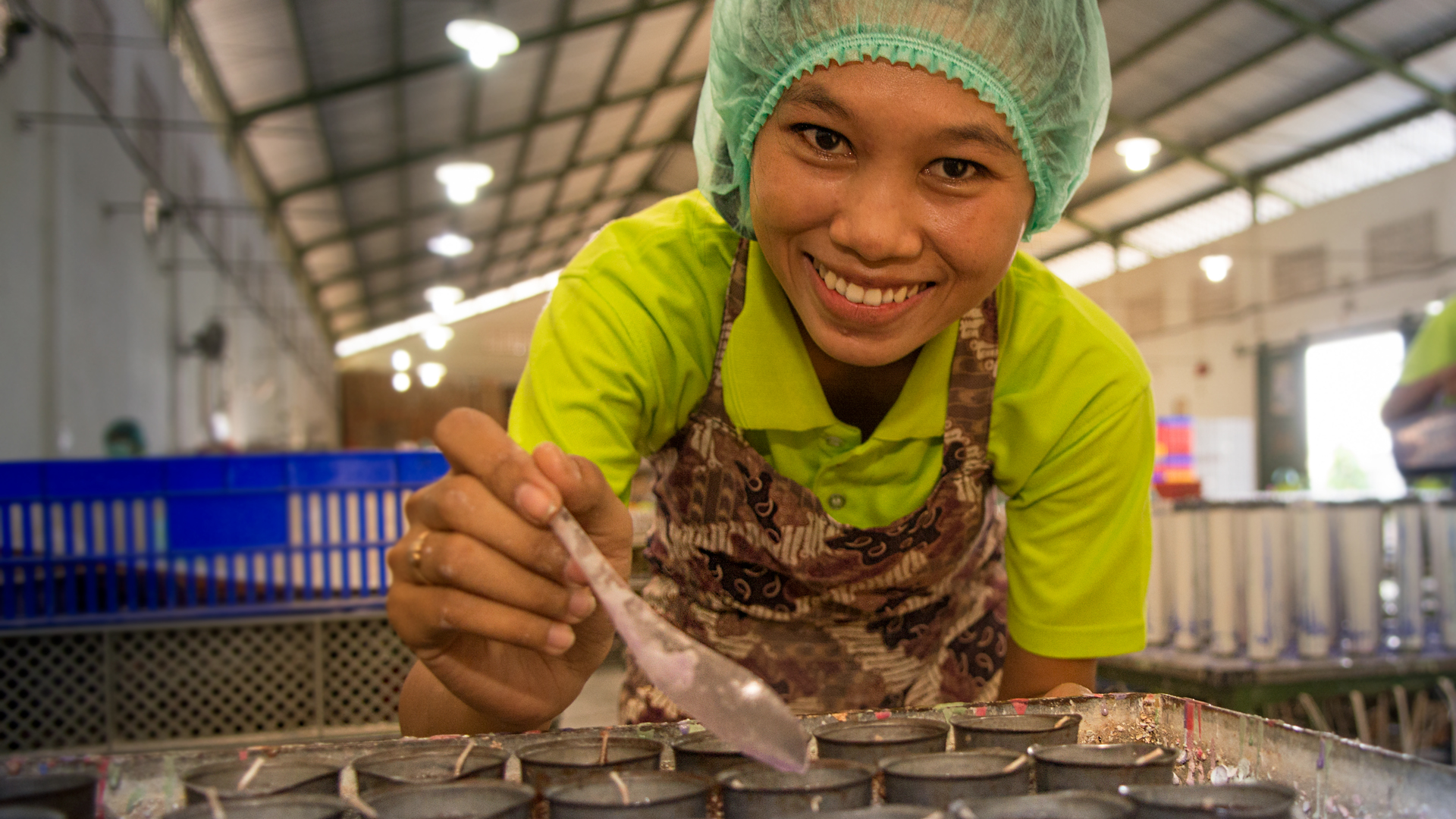 Insbesondere Frauen profitieren vom Fairen Handel mit Handwerk, zum Beispiel die Mitarbeiterinnen bei Sang Arun in Thailand oder bei Wax Industri in Indonesien. Sie erhalten die Chance auf ein eigenes Einkommen und können sich weiter qualifizieren.