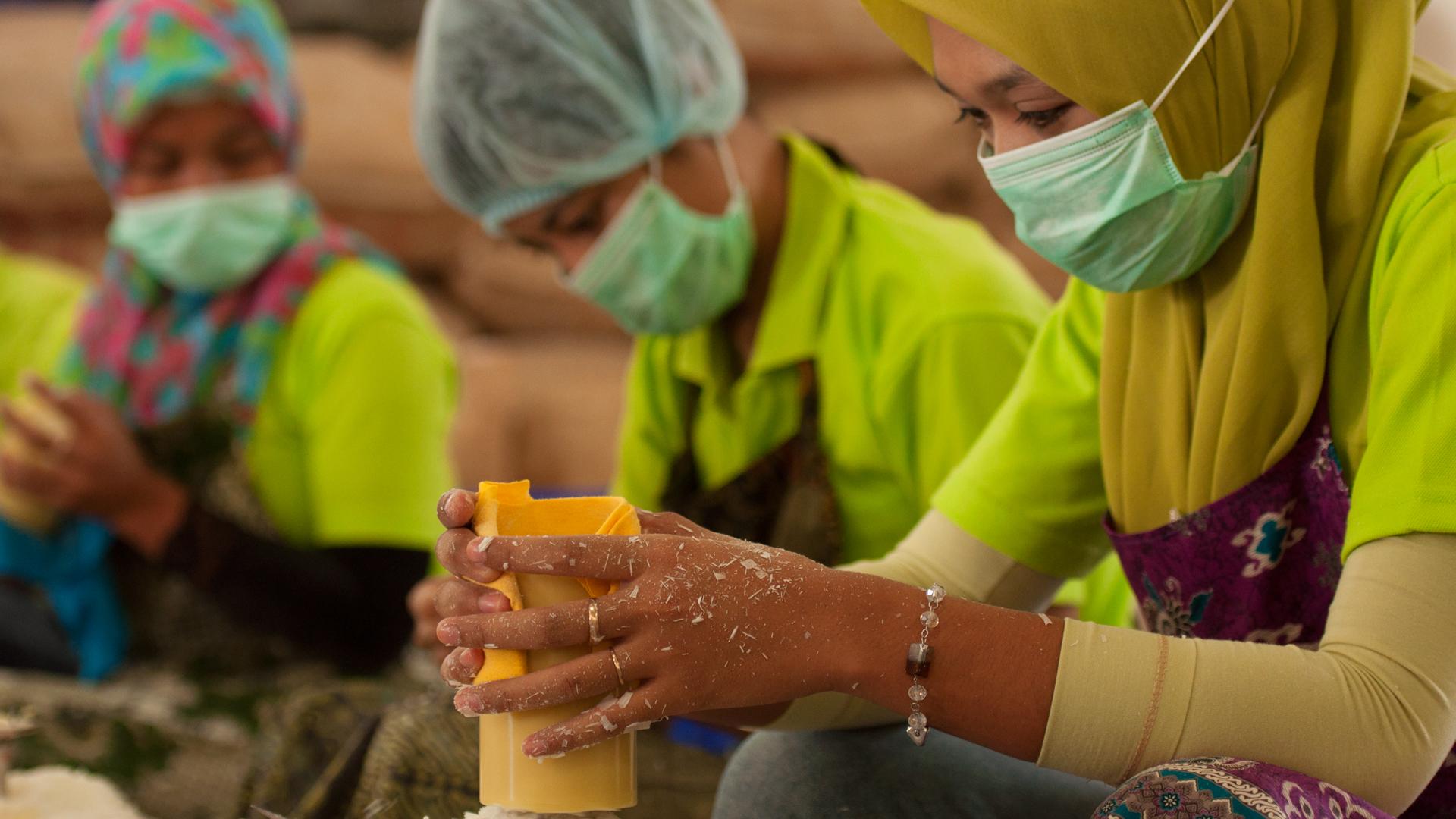 Umfangreiche Sozialleistungen, zum Beispiel bei Wax Industri: Die Mitarbeiter/-innen unseres Kerzenpartners erhalten bezahlten Mutterschutz, Urlaub, einen Pensionsfonds und sind krankenversichert – in Indonesien nicht selbstverständlich.