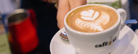 Kaffeetasse anreichen