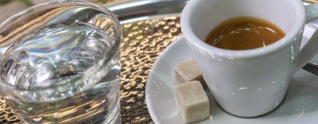 Tasse Espresso mit Glas Wasser