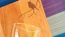 Arrangement-Glas-Holzbrett-Tischlaeufer teas1x1
