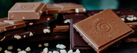 Stücke Schokolade arrangiert mit Salz