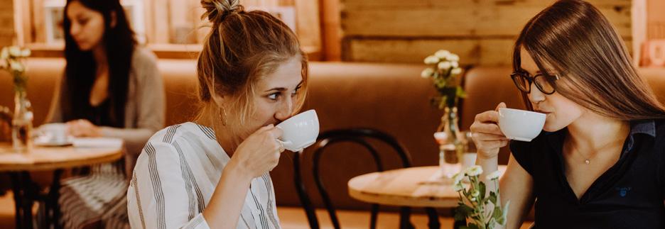 Junge frauen trinken bio fairen GEPA Kaffee cs header